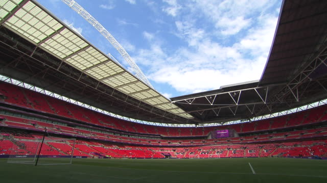 vidéos et rushes de ws t/l view of old trafford football stadium at manchester / manchester, england, south korea - angleterre
