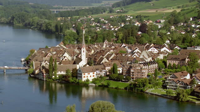 vídeos de stock e filmes b-roll de ws aerial zi view of old village stein am rheine, with river rhine and old buildings and bridges / switzerland, schaffhausen - rio reno