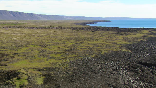 ws aerial view of open land and mountain range at reykjanes peninsula / iceland - gebirge stock-videos und b-roll-filmmaterial