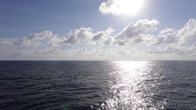 vidéos et rushes de vue de la mer ouverte du pont de bateau au lever du soleil - vue subjective de bateau