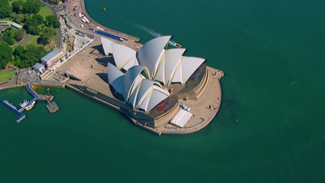 ws aerial view of opera house / sydney, new south wales, australia - オペラ座点の映像素材/bロール