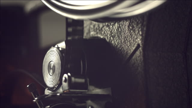 vidéos et rushes de view of operating film projector - bobine de film