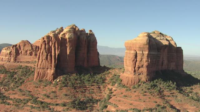vídeos de stock e filmes b-roll de ms aerial view of orbit cathedral rock around spires / sedona, arizona, united states  - arenito