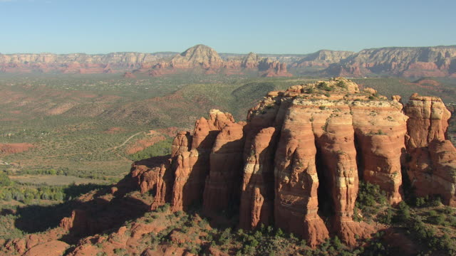 vídeos de stock e filmes b-roll de ws aerial view of orbit cathedral rock with valley and mountains / sedona, arizona, united states  - arenito