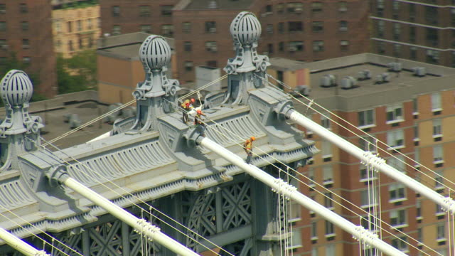 vídeos de stock, filmes e b-roll de ws aerial view of orbit construction workers working at top of manhattan bridge / new york, united states - manhattan bridge