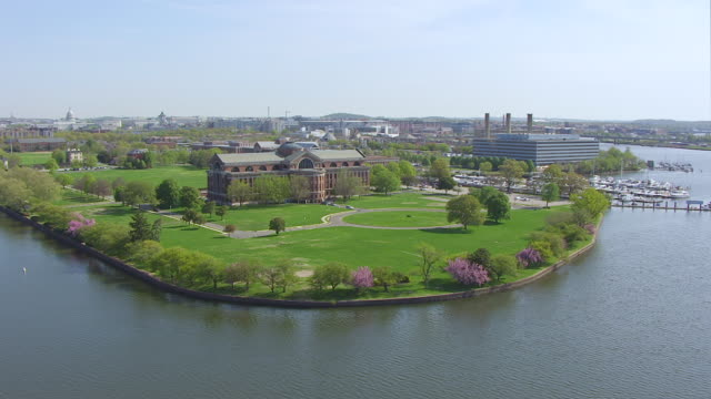 ws aerial pov view of orbit fort mcnair and marina / washington dc, united states  - potomac river stock-videos und b-roll-filmmaterial