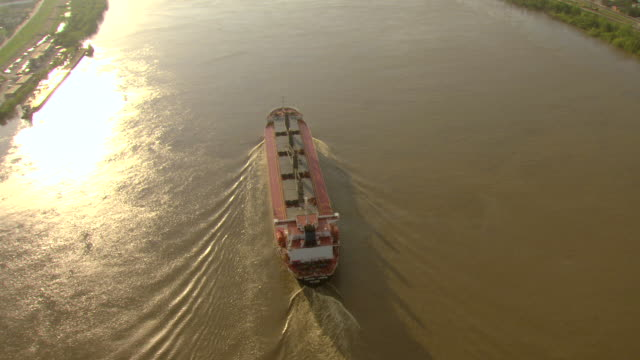 vidéos et rushes de ws aerial view of orbit harvest legend freighter on mississippi river near algiers point / new orleans, louisiana, united states - la nouvelle orléans