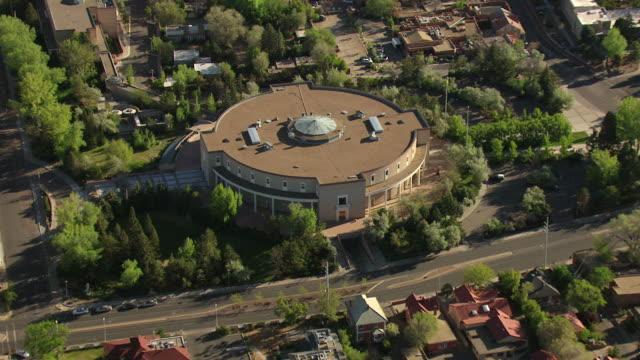 stockvideo's en b-roll-footage met ws aerial zi zo ds view of orbit roundhouse building / santa fe, new mexico, united states - plaatselijk monument