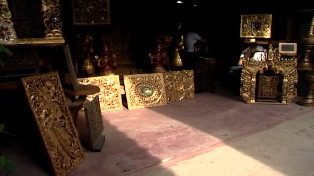 vídeos de stock e filmes b-roll de view of ornately carved, gold coloured wooden screens. - trabalho de metal