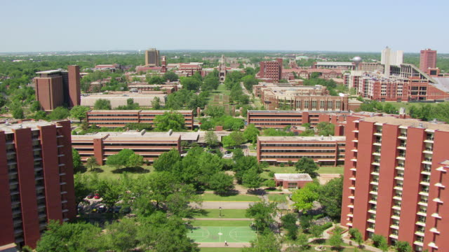 vidéos et rushes de ws aerial view of outdoor mall and buildings at university of oklahoma / norman, oklahoma, united states - oklahoma
