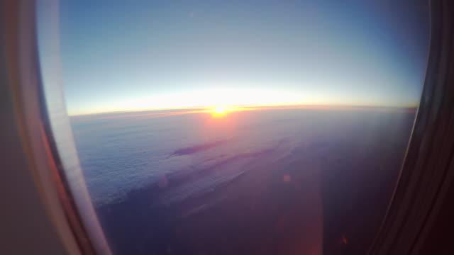 vidéos et rushes de vue de l'extérieur de la fenêtre de l'avion - hublot