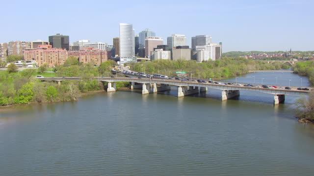 vídeos de stock, filmes e b-roll de ws aerial pov view of over potomac river approaching downtown buildings / rosslyn, arlington county, virginia, united states  - arlington virgínia