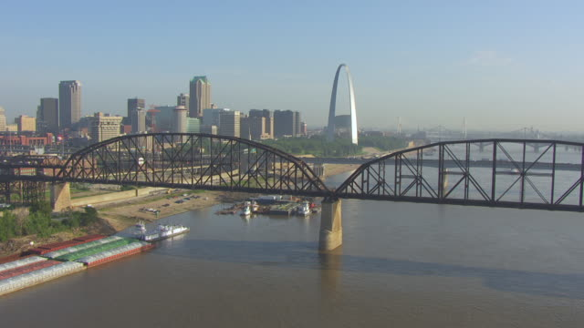 ws aerial view of over railroad bridge and highway 40 towards downtown and gateway arch / st louis, missouri, united states - 西方拡大点の映像素材/bロール