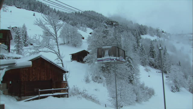 ws view of overhead cable car in winter / gimmelwald, berner oberland, switzerland - gimmelwald stock videos & royalty-free footage