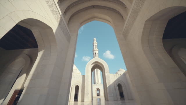 vídeos de stock e filmes b-roll de view of palace archways in oman - arco caraterística arquitetural