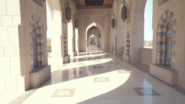 オマーンで宮殿のアーチ道のビュー - 建築上の特徴 アーチ点の映像素材/bロール