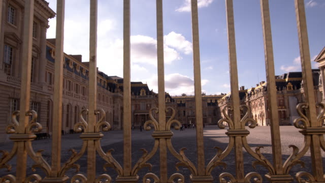 vidéos et rushes de a view of palace of versailles in versailles france on september 13 2019 the palace of versailles has listed as a world heritage site and is one of... - versailles