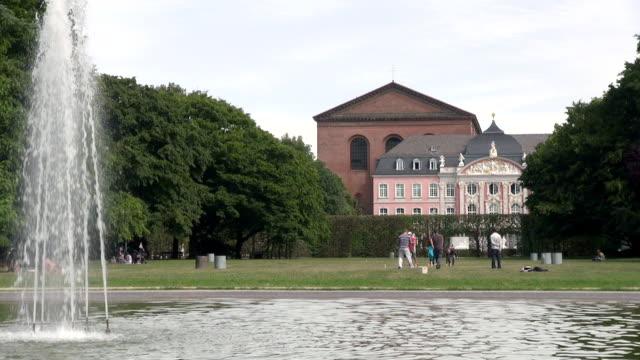 ws view of palastgarten with kurfurstliches palais / trier, rhineland palatinate, germany - gemeinsam gehen stock-videos und b-roll-filmmaterial