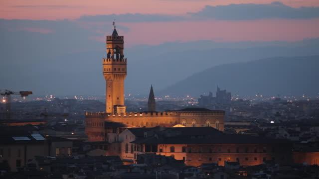 ws view of palazzo vecchio at dusk / florence, tuscany, italy - municipio video stock e b–roll