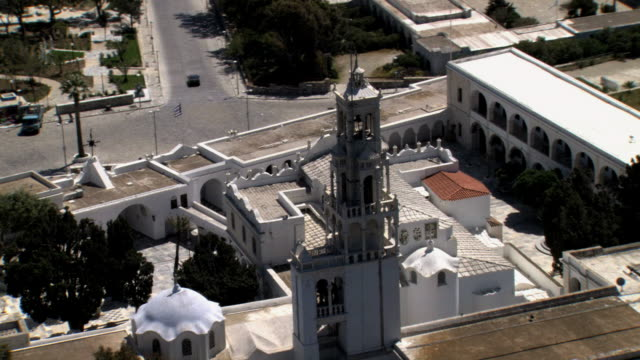 stockvideo's en b-roll-footage met aerial ws ds view of panagì_a evangelì_stria famous church in tinos island / tinos, cyclades islands, greece - middelgrote groep dieren