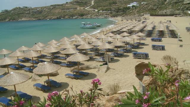 vídeos de stock e filmes b-roll de ws view of paradise beach / mykonos, cyclades, greece - telhado de palha