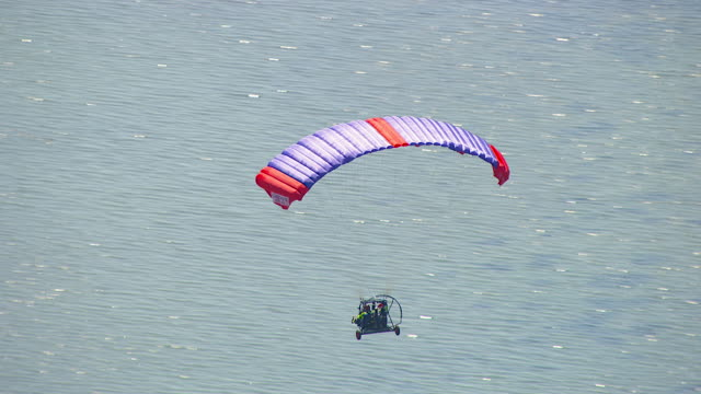 vídeos de stock e filmes b-roll de ws aerial zi zo ts view of paragliding / werribee, victoria, australia - câmara vestível