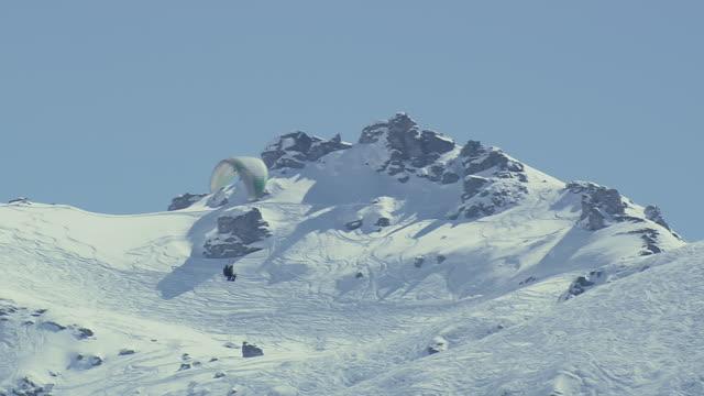 ws aerial view of parasail skiing / switzerland - 50 sekunder eller längre bildbanksvideor och videomaterial från bakom kulisserna