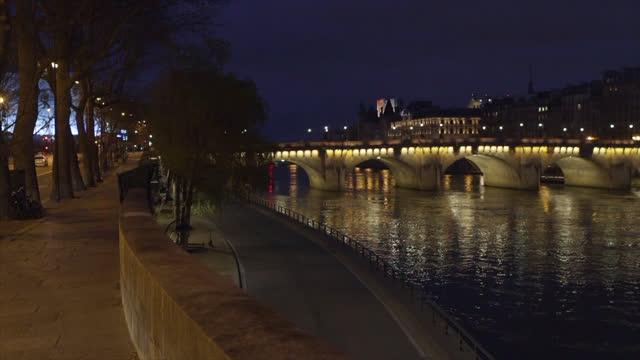 vidéos et rushes de view of paris, along the seine after the 7 p.m. curfew - pont
