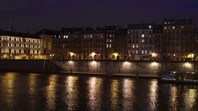 vidéos et rushes de view of paris, along the seine after the 7 p.m. curfew - electric lamp