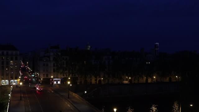view of paris at night - paris france点の映像素材/bロール
