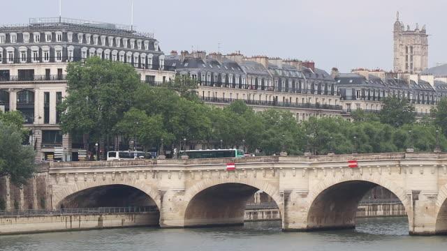 view of paris, bridge over the seine - ポンヌフ点の映像素材/bロール