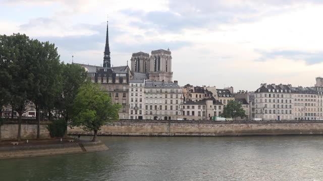 view of paris, building on the edge of seine, notre dame de paris - 尖り屋根点の映像素材/bロール