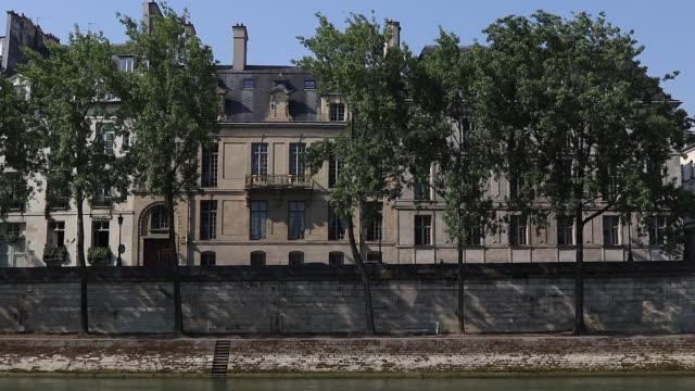 view of paris, building on the edge of seine - saint louis bildbanksvideor och videomaterial från bakom kulisserna