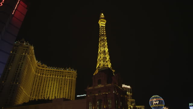 ms la view of paris casino eiffel tower / las vegas, nevada, united states - replica della torre eiffel video stock e b–roll