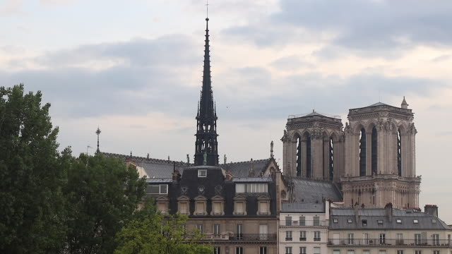 stockvideo's en b-roll-footage met view of paris, close shot of notre dame de paris - torenspits
