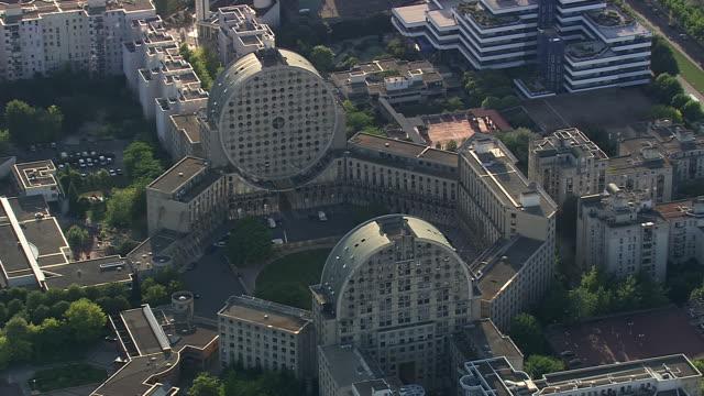vidéos et rushes de ws aerial ts ds view of paris suburbs / paris, france - banlieue pavillonnaire