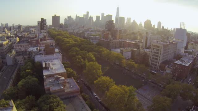 vídeos de stock, filmes e b-roll de ws aerial slo mo view of park with buildings and city skyline / new york, united states - 2009