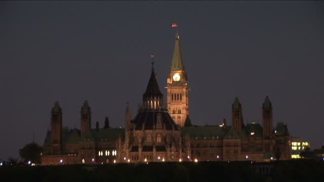 vídeos de stock, filmes e b-roll de view of parliament hill at night in ottawa canada - ottawa