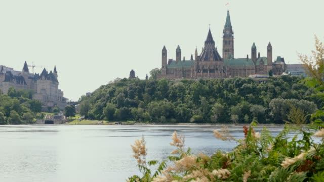 vídeos y material grabado en eventos de stock de vista de parliament hill desde el río ottawa, canadá - río ottawa
