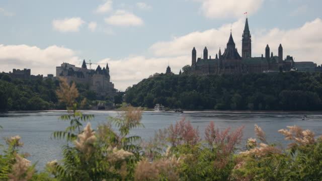 vídeos y material grabado en eventos de stock de vista de la colina del parlamento de río de ottawa, canadá - río ottawa