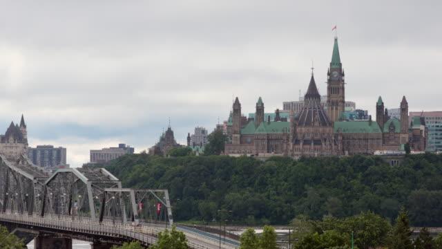 vídeos de stock e filmes b-roll de view of parliament hill from ottawa river, canada - parliament hill ottawa