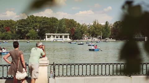 vídeos de stock, filmes e b-roll de vista do parque del buen retiro, em madri, espanha - ponto turístico local