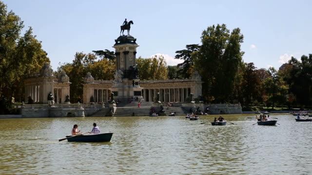 vídeos y material grabado en eventos de stock de vista del parque del buen retiro en madrid, españa - madrid