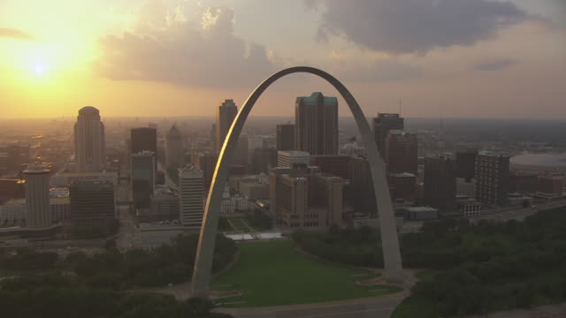 ws aerial ts view of passing gateway arch and western view of downtown during sunset / st louis, missouri, united states - ミズーリ州 セントルイス点の映像素材/bロール