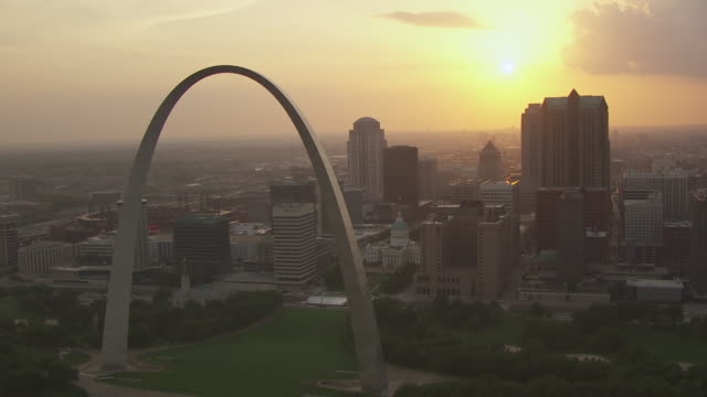 vídeos de stock e filmes b-roll de ws aerial ts view of passing gateway arch and western view of downtown during sunset / st louis, missouri, united states - arco gateway