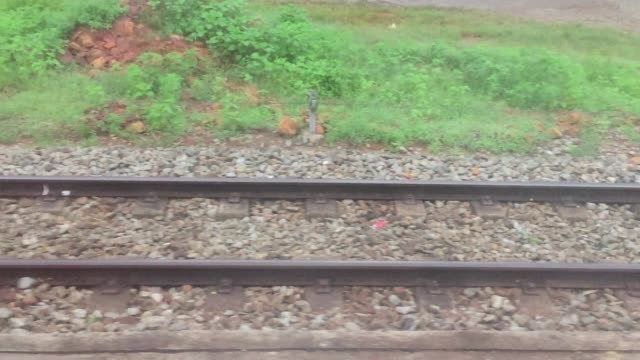vidéos et rushes de vue du chemin de fer passant titres creux une fenêtre mobile de train - mouvement
