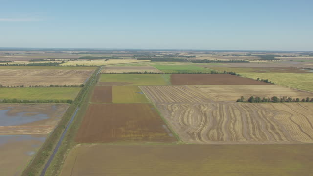 stockvideo's en b-roll-footage met ws aerial view of patch work fields with open sky in southern missouri close to arkansas / missouri, united states - arkansas