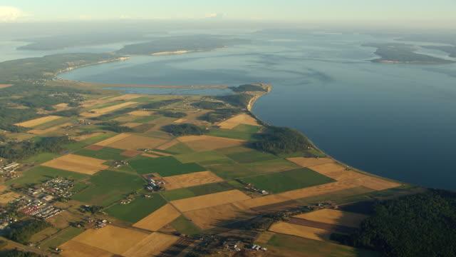 vídeos y material grabado en eventos de stock de ws aerial view of patchwork farmlands on coast of san juan islands / washington, united states - paisaje mosaico