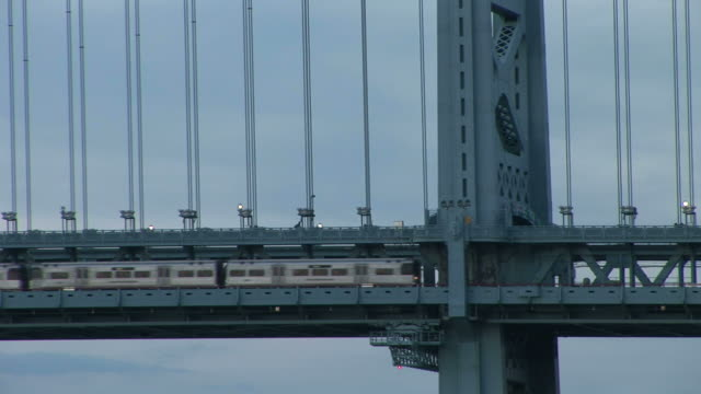 vídeos de stock e filmes b-roll de view of patco train crossing ben franklin bridge in philadelphia united states - ponte ben franklin