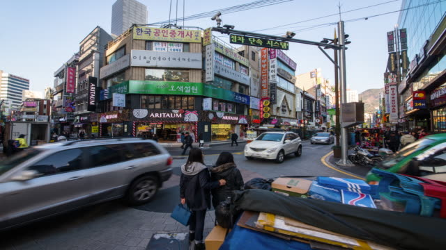 vídeos y material grabado en eventos de stock de view of people and traffic passing through crossroad of seomyeon (the biggest mainstreet in busan) - letrero de tienda
